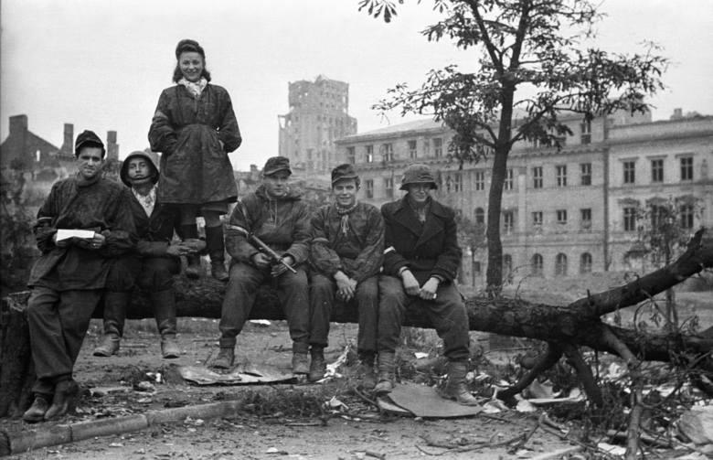 """Śladami Powstania '44. Zdobycie Prudentialu. Strzały przed Godziną """"W"""" i biało-czerwona flaga na maszcie"""