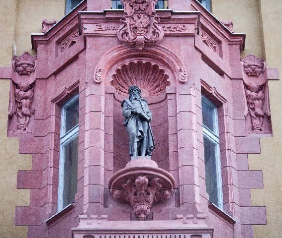 Budynek jest nazywany kamienicą pod Gutenbergiem od figury wynalazcy druku, umieszczonej we wnęce na poziomie III piętra.
