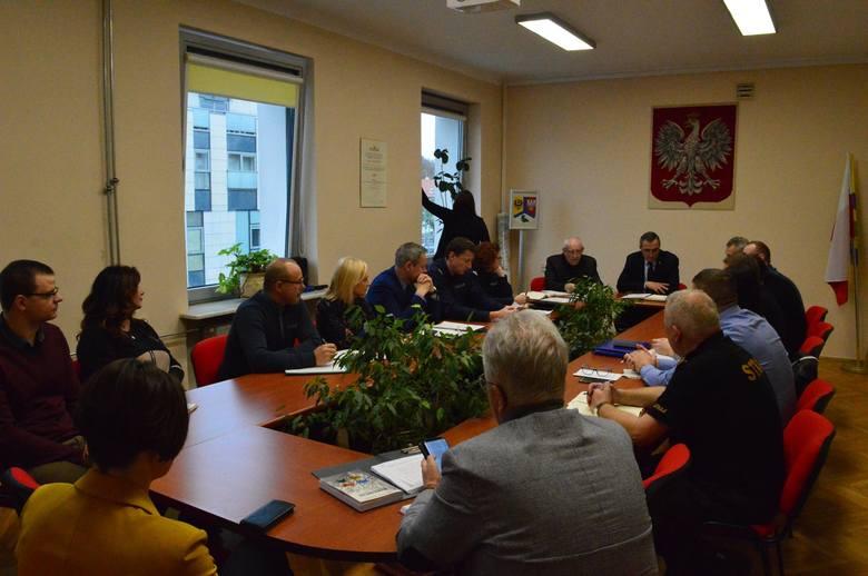 18 listopada w starostwie powiatowego w Zielonej Górze w trybie pilnym odbyło się wspólne posiedzenie Powiatowego i Miejskiego Zespołu Zarządzania Kryzysowego.<br /> <br /> Tematem był plan zwalczania ASF w populacji dzików.<br /> Spotkanie otworzył i prowadził wicestarosta Tadeusz Pająk –...