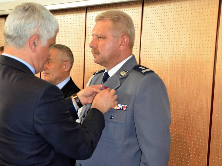 Komendant Powiatowy Policji w Augustowie odznaczony Brązowym Krzyżem Zasługi (zdjęcia)