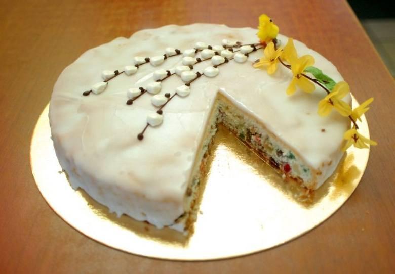 Składniki:10 dag migdałów7 żółtek1/2 szklanki cukru4 białka10 dag ususzonego i zmielonego chleba razowego1/2 łyżeczki cynamonuskórka otarta z pomarańczymasło