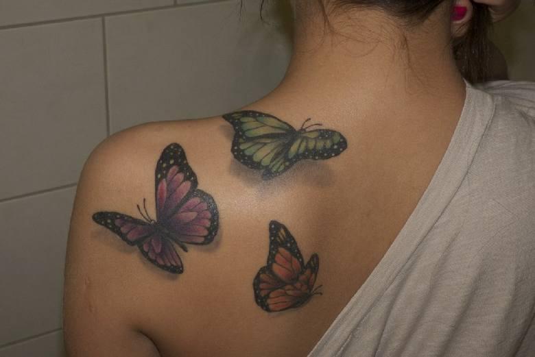 Motyl Na Ramieniu Coraz Więcej Pań Z Tatuażami Expressilustrowanypl
