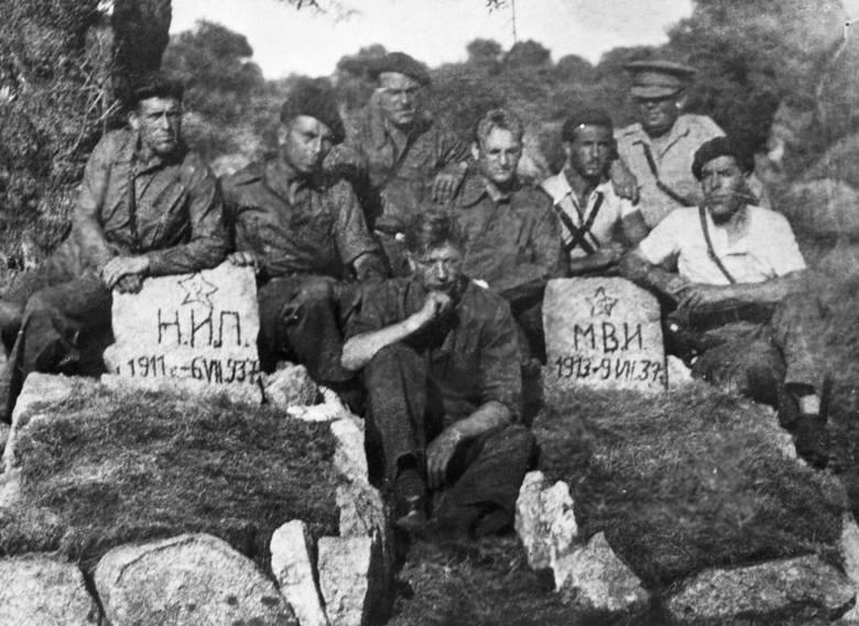 Radzieccy czołgiści w Hiszpanii przy grobach swoich poległych kolegów