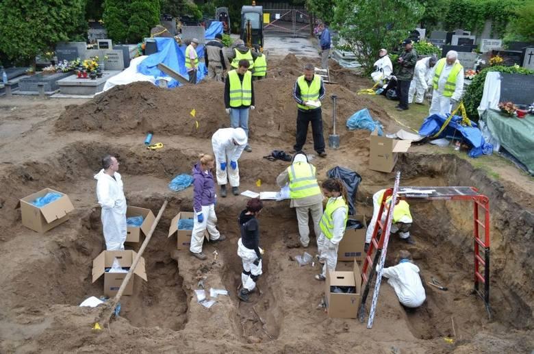 Komunistyczni oprawcy wrzucali ciała patriotów do grobów jak popadło. Bez żadnego szacunku...