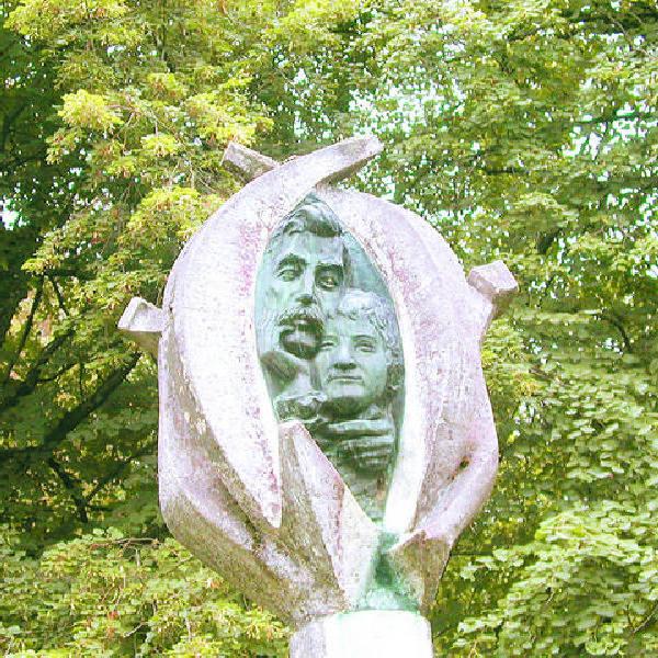 Pomnik złożycieli - Izydora i Teodory Gulgowskich.