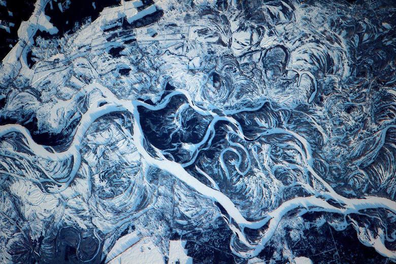 Niesamowite ujęcia Ziemi widziane z kosmosu. W momencie, w którym plastik i śmieci zalewają naszą planetę NASA prezentuje zdjęcia, które zapierają dech