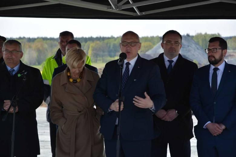 Wbicie przysłowiowej łopaty z udziałem ministrów Andrzeja Adamczyka, Małgorzaty Zielińskiej i Joachima Brudzińskiego