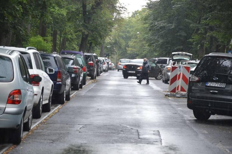 Zielonogórzanie regularnie narzekają na brak miejsc parkingowych. Problem jest powszechny m.in. przy Szpitalu Uniwersyteckim oraz w śródmieściu