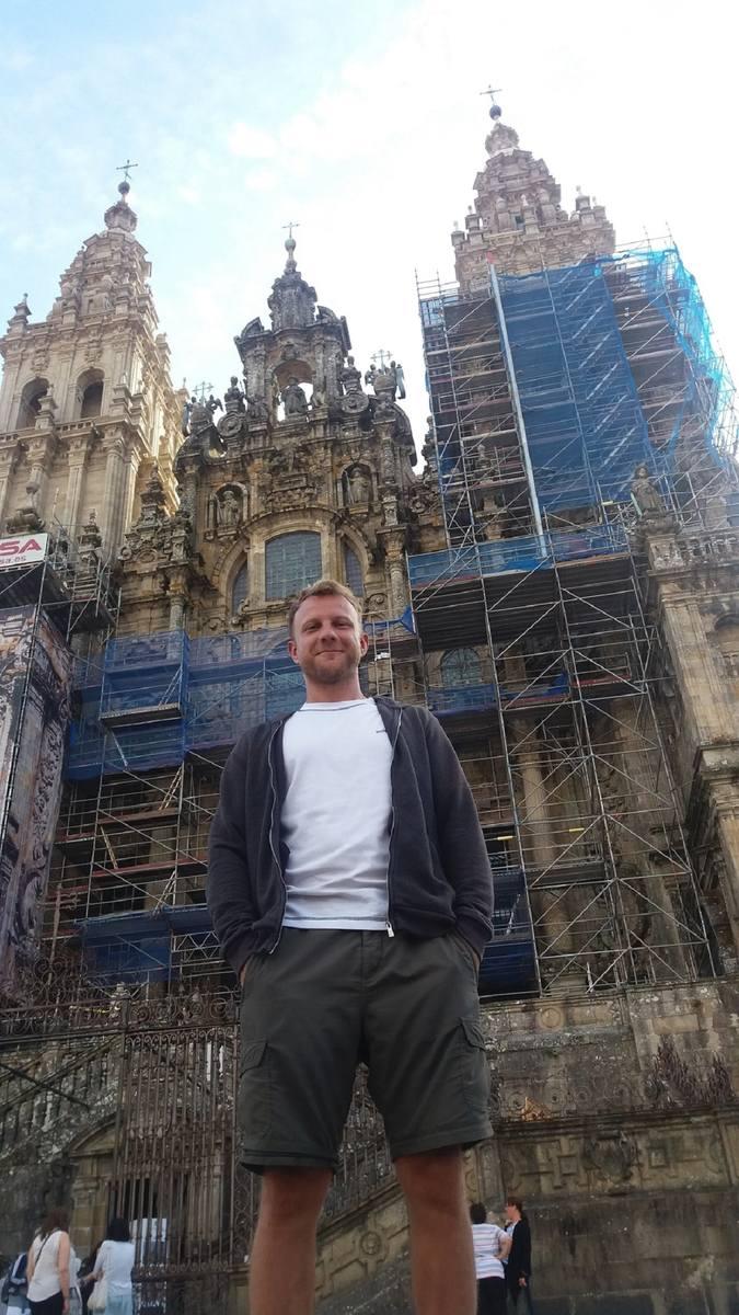 Dominik Fórmanowicz przed katedrą w Santiago de Compostela