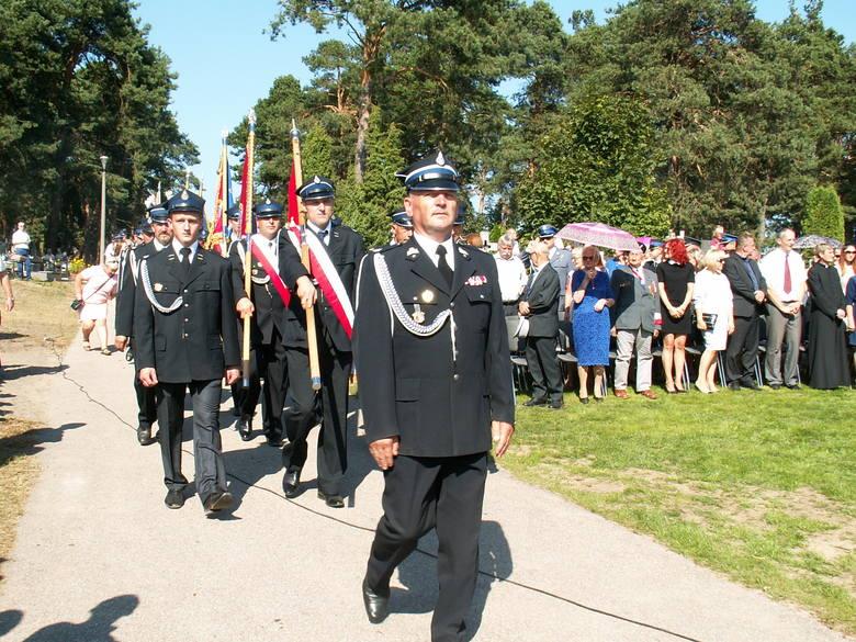 Ceremonia rozpoczęła się polową mszą sprawowaną przez przez księdza kanonika Stanisława Dziękiewicza przy udziale wojskowej asysty honorowej, pocztów sztandarowych.