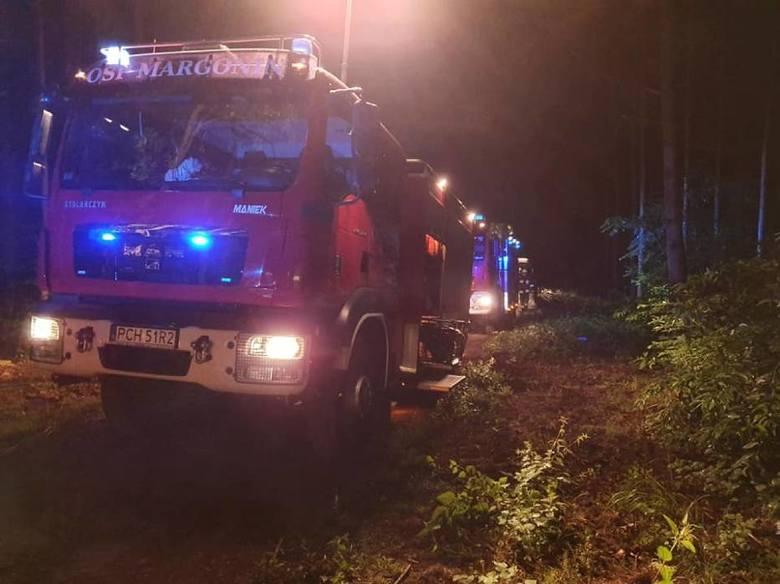 Policjanci z Komisariatu w Margoninie w środę w nocy zauważyli dziwnie jadący samochód. Próbowali zatrzymać kierowcę, ale ten zaczął uciekać, skręcił