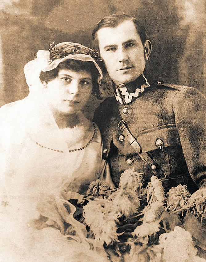 Z żoną Ireną, 1921 roku. Kobieta angażowała się w ratowanie więzionego męża. W 1946 roku zastrzelili ją żołnierze WiN.