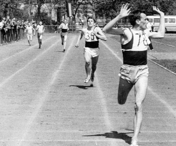 Bolesław Linda z AZS Białystok zwycięsko finiszuje w biegu na 400 metrów na Stadionie Zwierzynieckim  w II połowie lat 50.