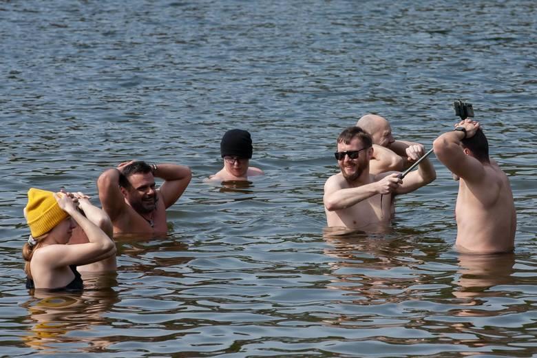 Mimo wiosennej aury morsy z Bydgoszczy znowu kąpali się w Jeziorze Jezuickim w Pieckach. - Jeszcze do końca kwietnia chcemy morsować - mówią nam uczestnicy