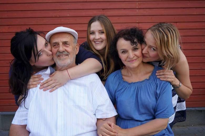 Tomasz i Barbara Sadowscy wraz z córkami Jadwigą, Marią i Ewą. 30 lat temu postanowili zmienić swój dom w fundację