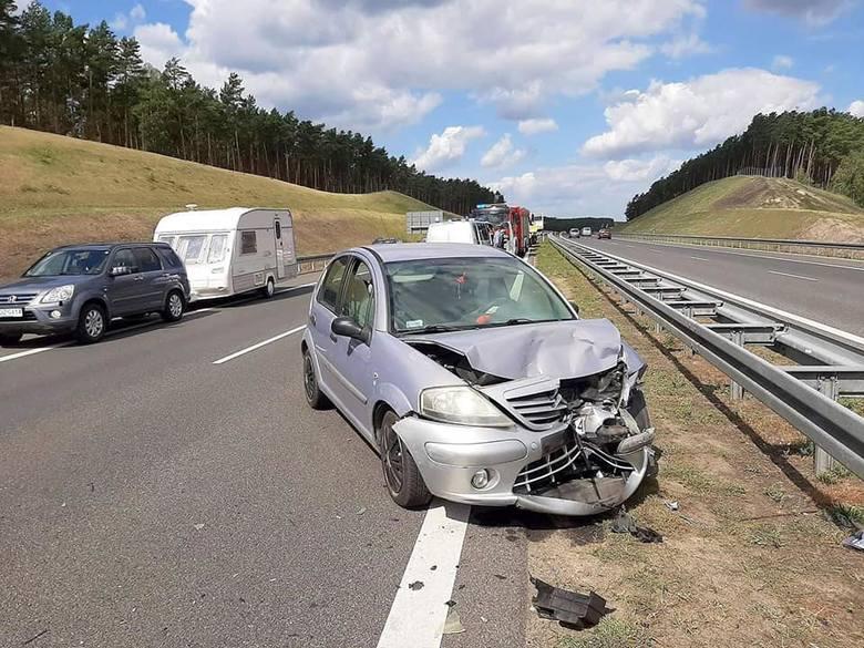 Dwa samochody zderzyły się w niedzielę, 11 sierpnia, na drodze S3 koło Skwierzyny. Jedna osoba została zabrana do szpitala. Na miejsce wyjechały zastępy