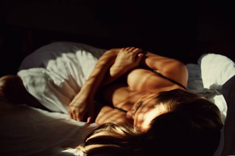 1. Poczucie winy Kobieta obarcza się winą za problemy w związku. Bierze na siebie problemy zarówno finansowe jak i emocjonalne - uważa, że być może to