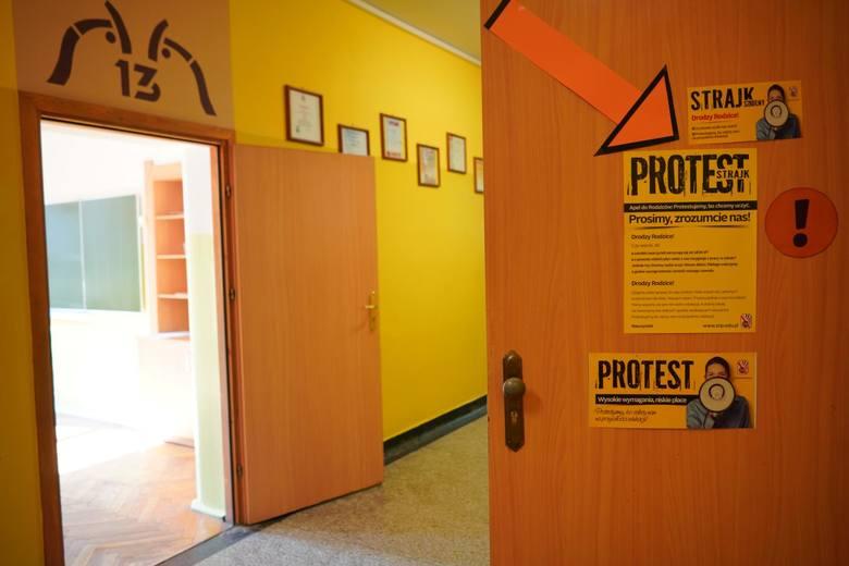 W szkołach od poniedziałku trwa strajk nauczycieli. W środę mają rozpocząć się egzaminy gimnazjalne, ale ze względu na protest stoją one pod znakiem