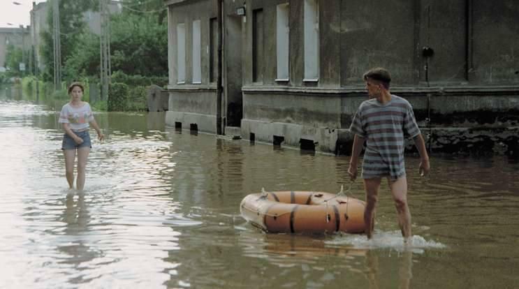 Brzeg, 11 lipca 1997. Mieszkańcy leżącej na peryferiach Brzegu ulicy Oławskiej mieli spore trudności z dotarciem do suchej części miasta.