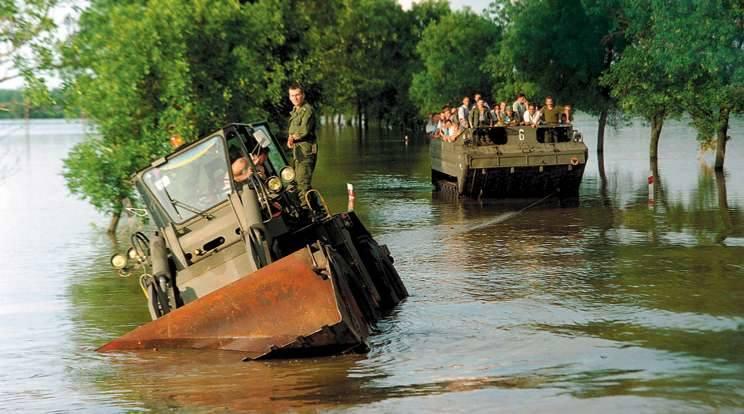 Gmina Lubsza, 15 lipca 1997. Na trasie miedzy Michałowicami a Lubszą utknął wojskowy spychacz. Nawet amfibia nie była w stanie wyciągnąć go z potrzasku.
