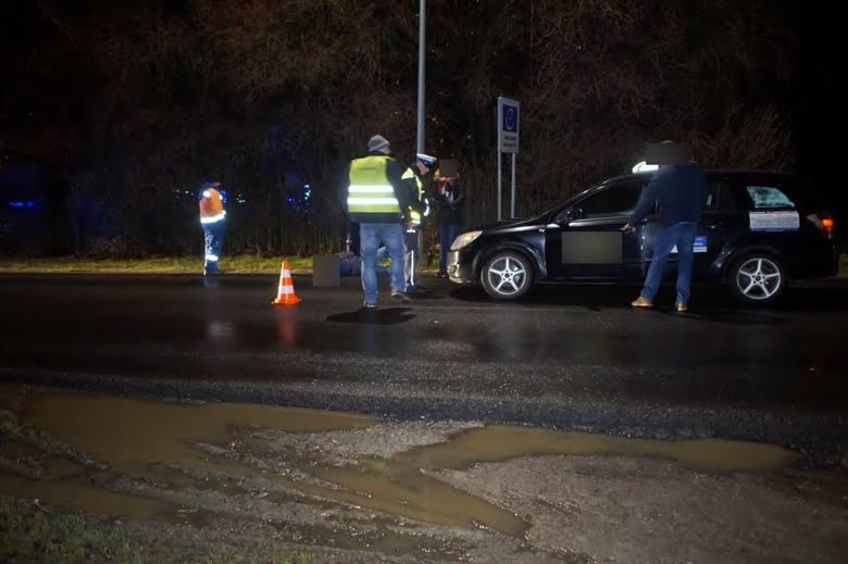 W niedzielę (30.12), przed godz.20., kierujący taksówką mężczyzna, ze słupskiej korporacji, potrącił mężczyznę, przechodzącego przez ulicę na granicy