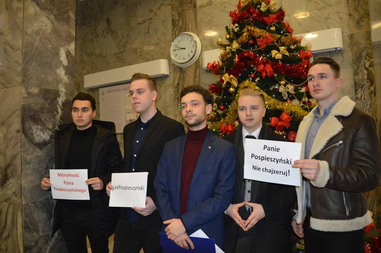 Działacze Forum Młodych PiS podczas konferencji w opolskim ratuszu.
