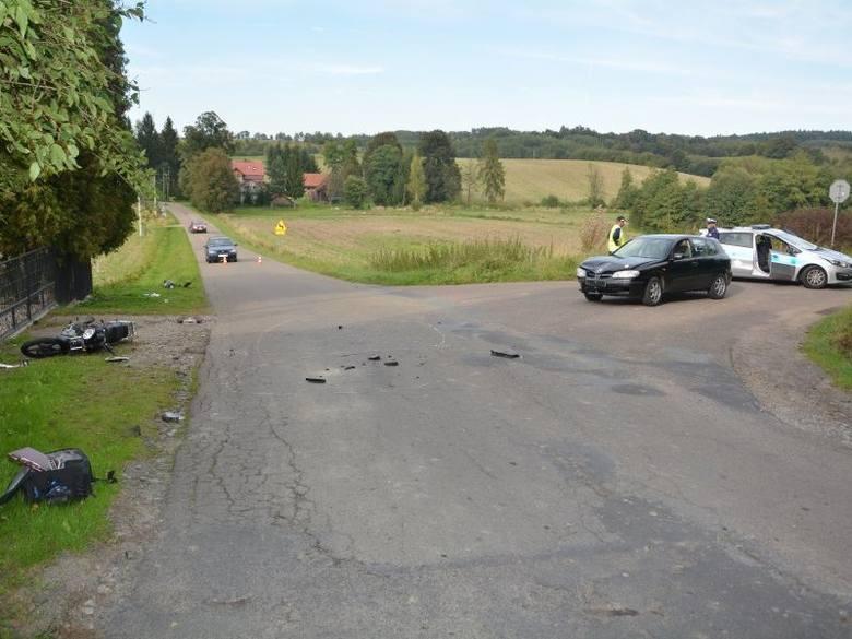 Kierujący samochodem osobowym nie ustąpił pierwszeństwa motorowerzyście. W wyniku zderzenia motorowerzysta doznał urazu nóg i trafił do szpitala. Poszkodowany