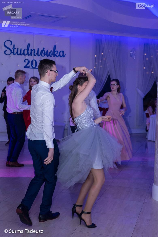 Uczniowie klas maturalnych Zespołu Szkół nr 5 im. Tadeusza Tańskiego w Stargardzie w sobotni wieczór bawili się na balu studniówkowym, który odbył się
