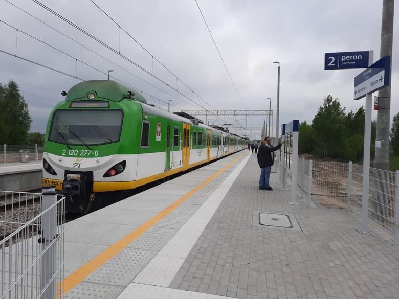 Na zbudowany od nowa przystanek kolejowy w Bartodziejach wjechał we wtorek pierwszy kursowy pociąg Kolei Mazowieckich. To już tylko 19 kilometrów do