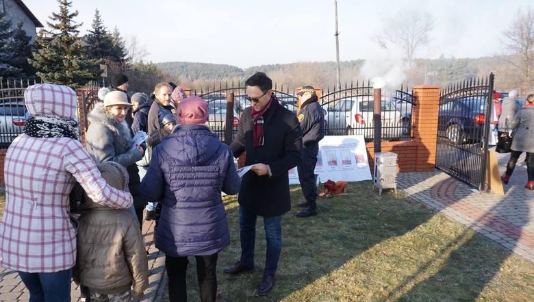 Radny Rady Miasta Kielce Maciej Bursztein zorganizował dla mieszkańców Białogonu pokaz prawidłowego palenia węglem w piecu