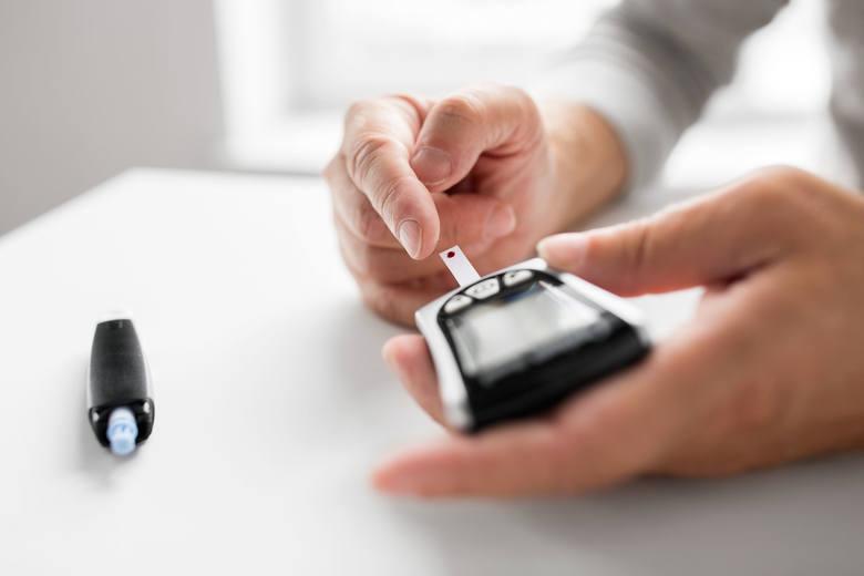 Leczenie cukrzycy polega na normowaniu zbyt wysokiego stężenia glukozy we krwi – parametru, który mierzy się za pomocą urządzeń zwanych glukometrami