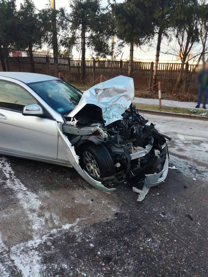 Wówczas wpadła w poślizg, straciła panowanie nad autem i wyjechała na przeciwległy pas wprost przed jadący z przeciwka autobus. Doszło do zderzenia.