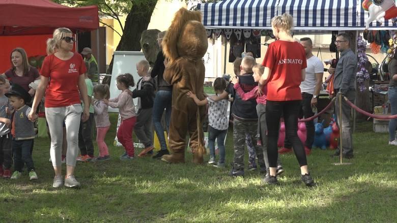 """Z okazji Dnia Dziecka w Wąbrzeskim Domu Kultury dzieci obejrzały spektakl """"Dino nowy przyjaciel"""" przygotowany przez aktorów gdańskiej"""