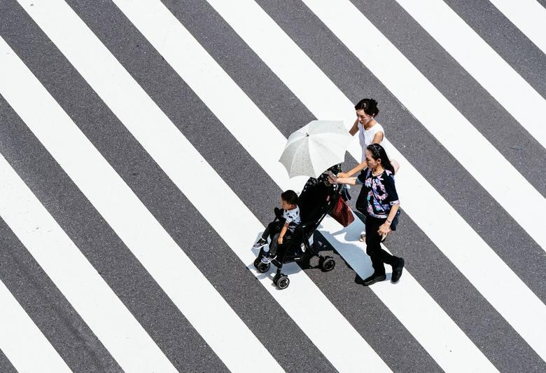 Jeśli w upalne dni chcemy ochronić dziecko przed słońcem, najlepiej sprawdzi się parasolka. Pod żadnym pozorem nie należy zakrywać wózka pieluszką czy