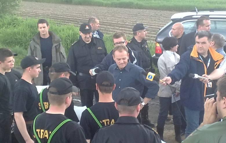 Setki strażaków zawodowych i ochotników, żołnierze z jednostek wojskowych z Radomia i Dęblina oraz mieszkańcy walczyli przez wiele dnia przesiąkaniem