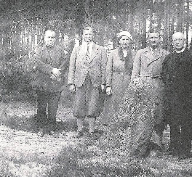 Ks. Julian Zawadziński ze znajomymi w Kręgach Kamiennych.