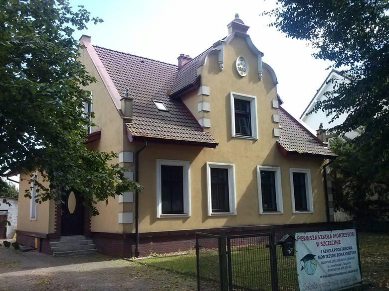 Na przełomie XIX i XX wieku niezagospodarowane piaszczyste tereny pomiędzy Krzekowem a Łęknem przeznaczono pod zabudowę i tak na bazie szachownicowego