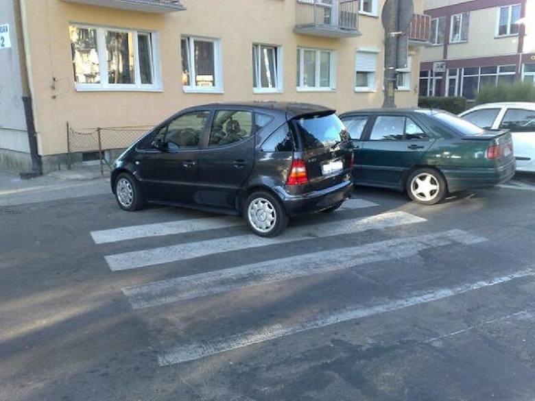Autodrań w Gorzowie zaparkował na przejściu dla pieszych