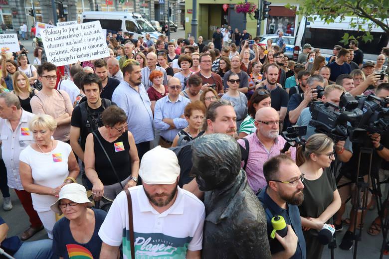 Pikieta przeciw agresji wobec osób LGBT. Łodzianie pokazali solidarność z Białymstokiem