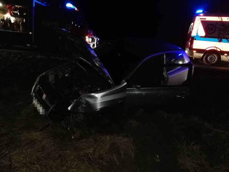 W poniedziałkowy wieczór na drodze pomiędzy Rzęśnicą a Złocieńcem doszło do wypadku. Samochód osobowy zjechał z drogi i uderzył w drzewo. W pojeździe
