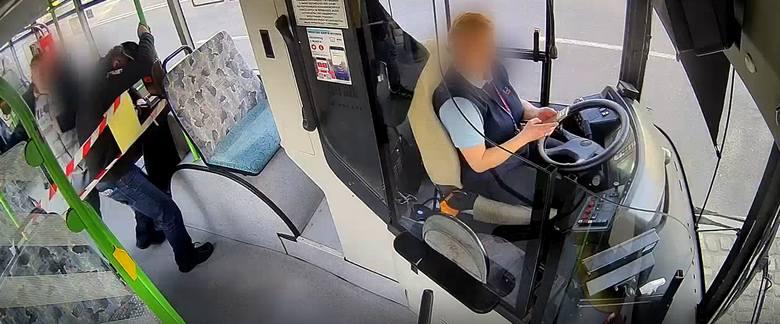 Pobił kontrolerów i uciekł z autobusu. Policjanci zatrzymali agresywnego mężczyznę WIDEO