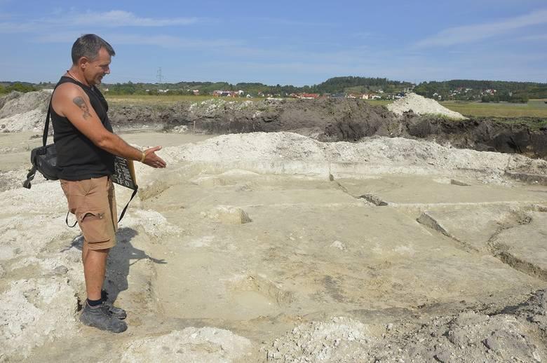 Teren wykopalisk w Pińczowie, gdzie odkryto pozostałości dymarki był rozległy. Na zdjęciu archeolog Dariusz Greń pokazuje pozostałości chaty, nieopodal