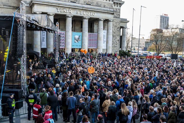 Strajk nauczycieli 2019. Warszawa: Artyści dla nauczycieli [ZDJĘCIA] Tłumy warszawiaków na koncercie poparcia dla strajkujących nauczycieli