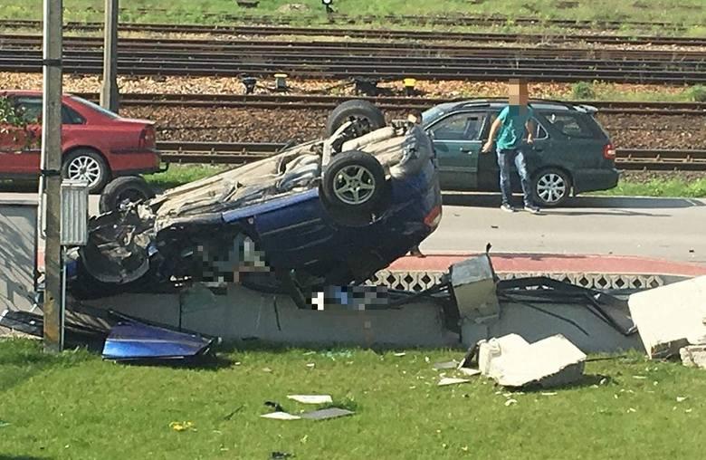 Samochód z trójką młodych ludzi dachował w środowe popołudnie w Sędziszowie, niszcząc przy tym ogrodzenie posesji. Do szpitala trafiła 17-latka. Do wypadku