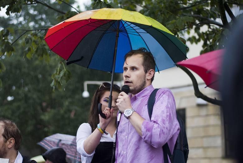 Łukasz Kachnowicz podczas lubelskiej demonstracji solidarność z uczestnikami Marszu Równości w Białymstoku