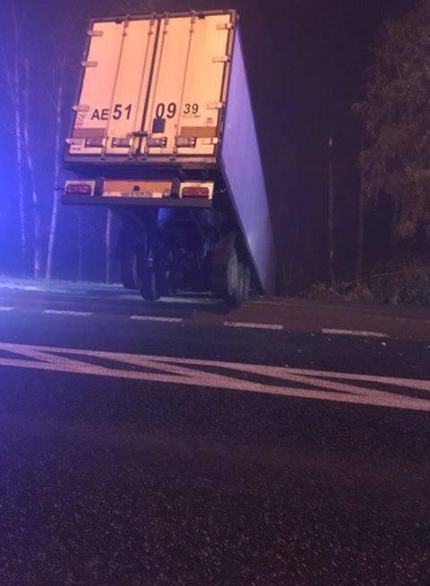 Tuż przed godz. 22 na DK 19 doszło do zderzenia samochodu osobowego z samochodem ciężarowym. W wyniku zdarzenia, tir wypadł z drogi i wpadł do rowu.