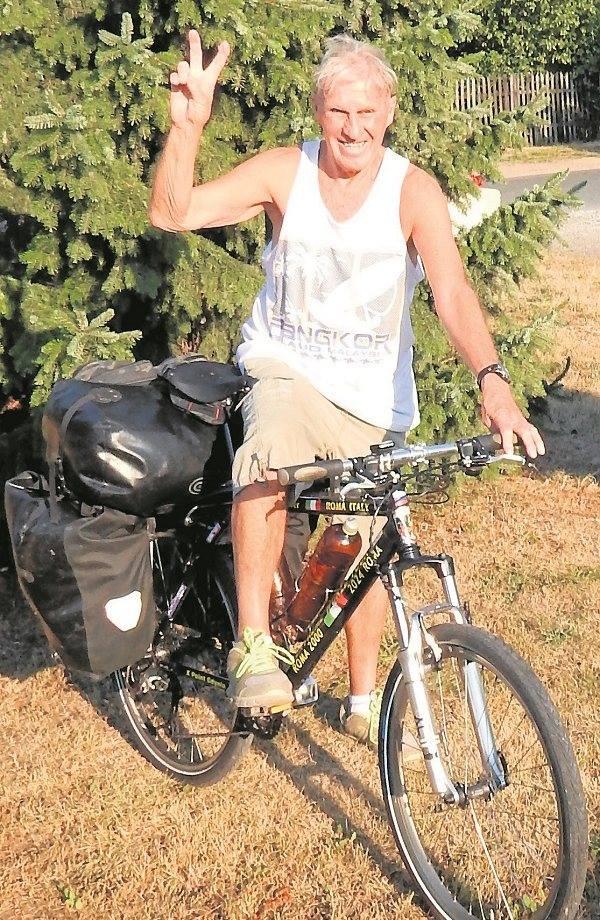 W poniedziałek Janusz River był w Toporowie w gminie Łagów. We wtorek ruszył do Ołoboku w gminie Skąpe. Torby na bagażniku ważą jakieś 40 kilo. Są w nich ubrania na każdą pogodę, śpiwór, karimata...