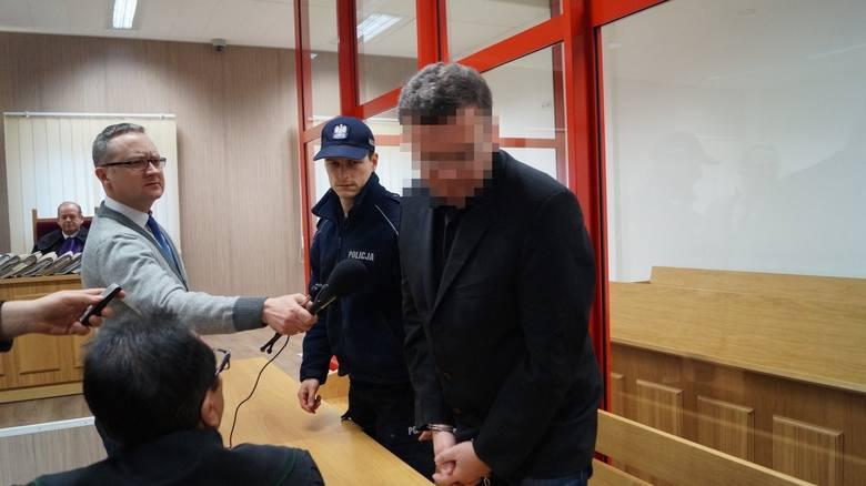 Dariusz P. z Jastrzębia-Zdroju (śląskie) podpalił swój dom, w którym spało czworo dzieci i żona. Wcześniej zamknął wszystkie rolety, by uniemożliwić im ucieczkę. Chciał uzyskać pieniądze z odszkodowania. <br /> <br /> Cała jego rodzina zginęła w płomieniach.  Dariusz P. został skazany na karę...