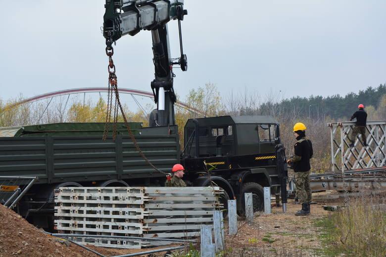 Budowa dróg dojazdowych do mostu tymczasowego, który miał stanąć na przedłużeniu ul. Przybyszewskiego, kosztowała ponad dwa miliony złotych. Wygląda