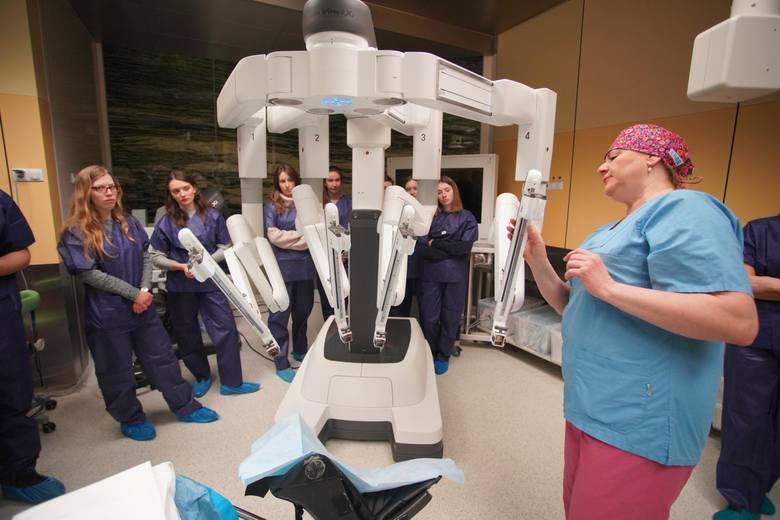 Wielkopolskie Centrum Onkologii ma do dyspozycji robot chirurgiczny da Vinci, ale można nim wykonywać tylko jedną operację tygodniowo. Powód? Koszty